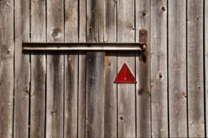 Holztor mit Warndreieck